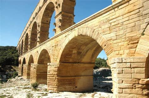 騅ier de cuisine en ceramique les voyageurs du temps ont participé aux animations romaines du pont du gard