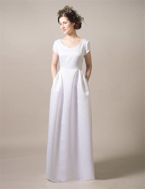 elegantes mit rock langes elegantes brautkleid mit taschen mit bodenlangem rock and minimal white wedding