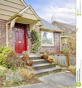 belle maison de brique avec la porte d39entree rouge photos With affiche chambre bébé avec porte pots de fleurs en escalier
