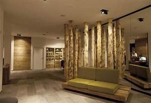 Holzbalken Als Raumteiler : eingang mit designer couch und naturholz praxis pinterest designer couch couch und eingang ~ Sanjose-hotels-ca.com Haus und Dekorationen