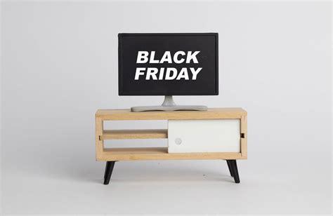 black friday fernseher finanzamt schriftzug auf einem post it mit kugelschreiber
