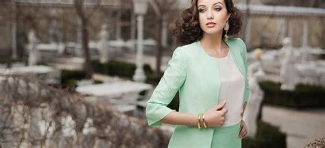 Vai lietišķais tērps var būt gan sievišķīgs, gan ietekmīgs?   Monday