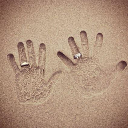 hand prints   sand  wedding rings foto