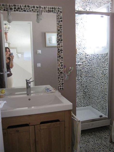 les galets sont omnipr 233 sents dans cette salle de bain en