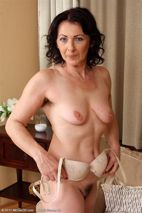 Mommy Shows Her Natural Bush Mature Xxx Pics