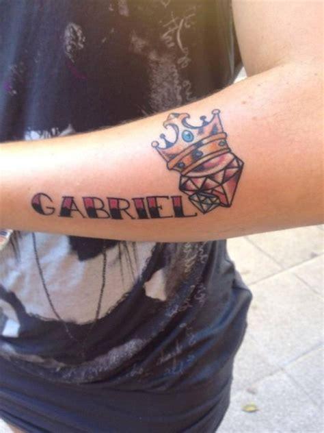 tatuaje del nombre gabriel  dos diamantes  una corona tatuajes de coronas