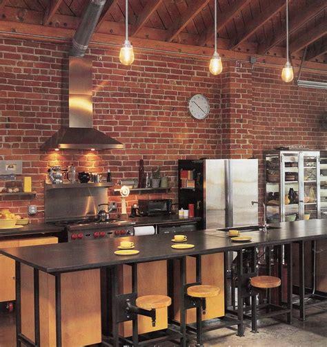 cuisine brique cuisine bois clair avec touches noir et briques rouges