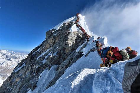 mount everest queue astonishing image shows hundreds