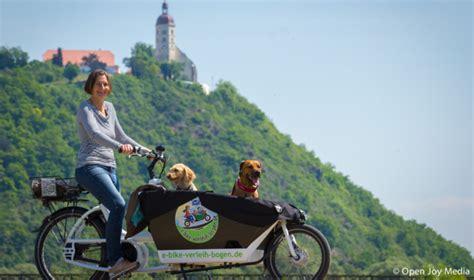 e bike anhänger urlaub mit hund radreisen radtour radausflug ebike e bike elektrofahrrad hundeurlaub tierfreundlich