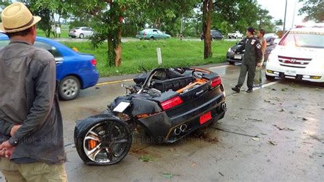 crashed lamborghini lamborghini gallardo crash splits car in two driver walks