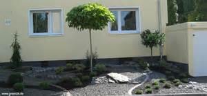 fliesen im vorgarten vorgarten gestalten modern reihenhaus kunstrasen garten