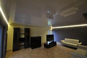 Led Beleuchtung : wohnzimmer mit hochglanz spanndecke und led beleuchtung in der schattenfuge wohnzimmer ~ Orissabook.com Haus und Dekorationen