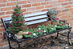 Weihnachtsdeko Aussen Dekoration : so dekorieren sie die gartenbank weihnachtlich stimmungsvoll festlich ~ Frokenaadalensverden.com Haus und Dekorationen