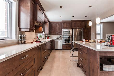 cuisine de cuisine contemporaine en bois et comptoirs de quartz laval