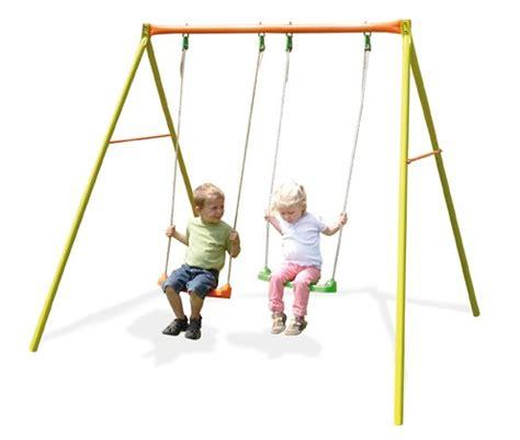 siège bébé pour portique balancoire bebe activites bebes le jeu est universel
