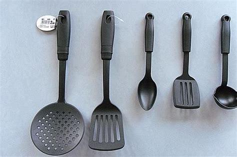 image d ustensiles de cuisine saisie d 39 ustensiles de cuisine potentiellement cancérigènes