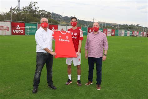 Inter oficializa renovação de contrato com meia Praxedes ...