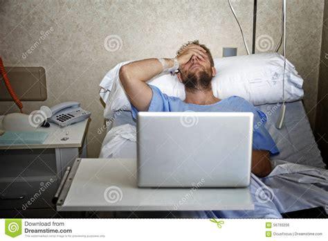 h el dans la chambre homme dans la chambre d 39 hôpital dans le lit