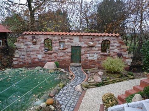 Garten Gestalten Mit Dachziegeln by Ruinenmauer Mit Dachziegeln Im Garten Mit Gartenteich