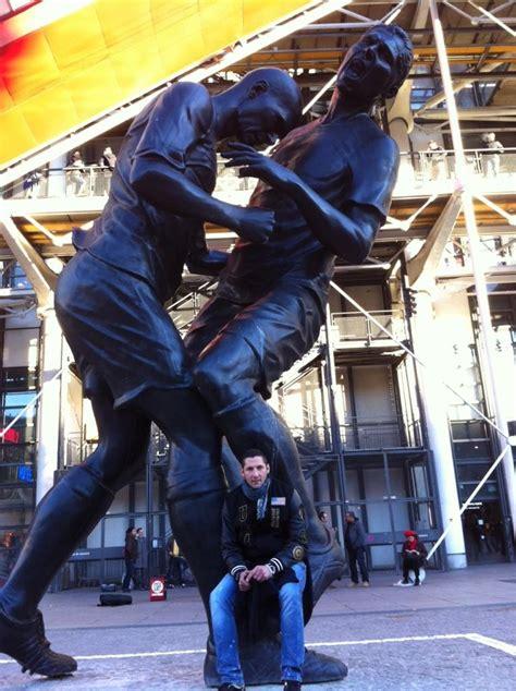 materazzi pose devant la statue du coup de boule