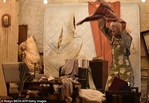 sia kristen wiig and maddie ziegler perform chandelier