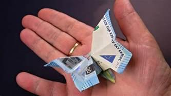 hochzeitsgeschenke mit geld basteln geld falten schmetterling aus geldscheine basteln deko ideen mit flora shop flora shop eu