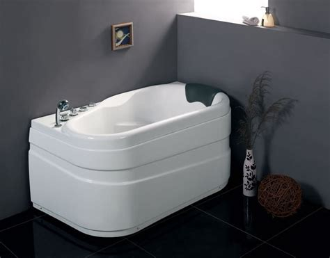 Best Bathtubs For Small Bathrooms by 20 Best Small Bathtubs To Buy In 2019