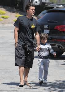 Orlando Bloom ties his son's shoelaces while out for lunch ...