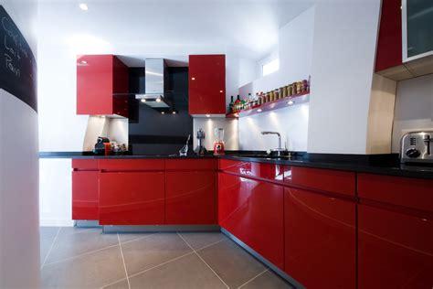 cuisines rouges decoration cuisine et grise