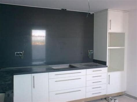 foto cocina en postformado blanco frente en granito negro