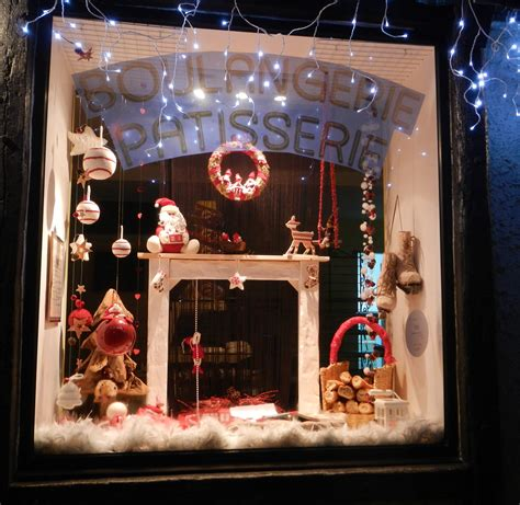 decoration vitrine de noel tradition rouge blanc idee