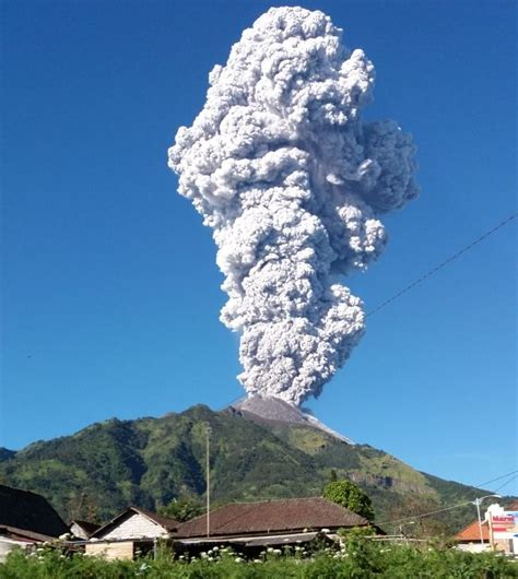 penampakan letusan freatik gunung merapi monitor