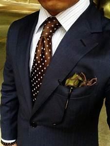 Slips till mörkblå kostym och vit skjorta