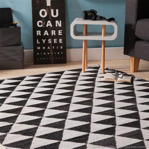 decoration com tapis en plastique losanges noir et blanc