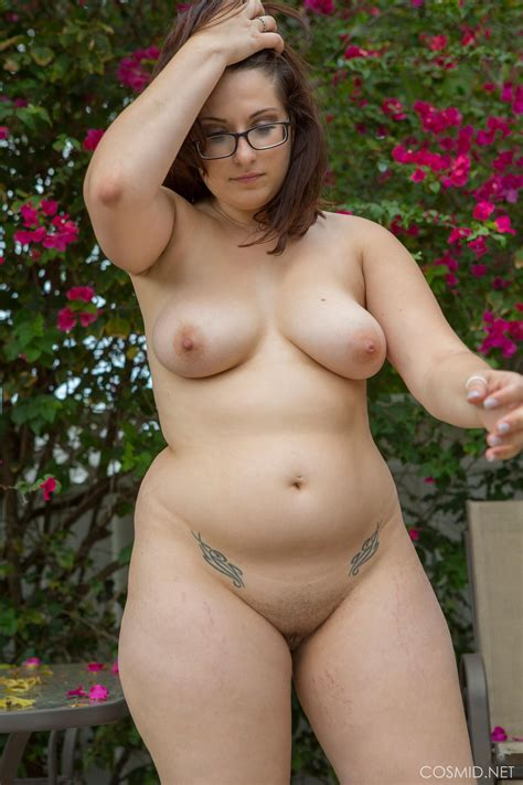 Curvy Girl Ivana Bell Strips Nude Outside Coed Cherry