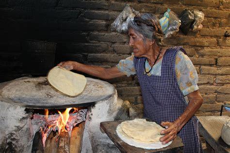 anciana cocinando solidaridadnet