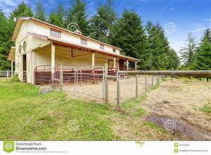 Grange De Cheval Avec L39curie D39extrieur Image Stock