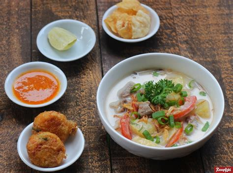 Berkuah putih dan cukup kental, soto betawi ada yang terbuat dari santan kelapa atau susu. Makanan khas Betawi yang masih ada di Jakarta - D'PARAGON