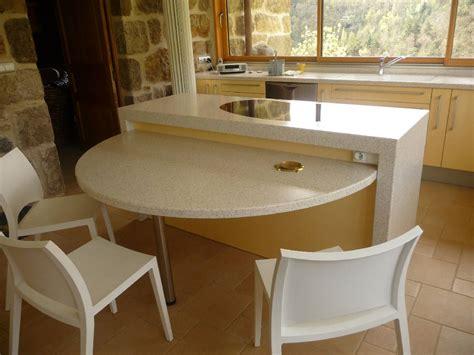 table plan de travail cuisine aménagement de cuisine plan de travail en résine et évier