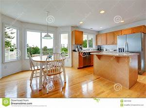 Cuisine avec table manger but table cuisine avec chaises for Meuble salle À manger avec chaise cuisine couleur