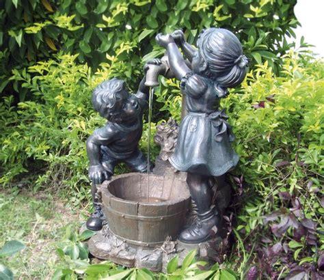 double d kraan jongen en meisje bij kraan met verlichting 384 99