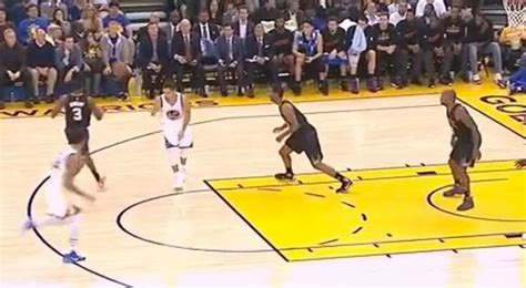 Stephen Curry Throws No-Look Pass To Klay Thompson For ...