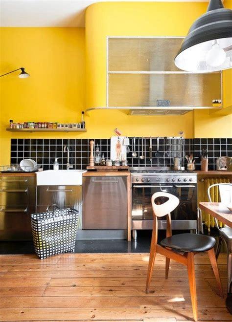 cuisine moutarde une résidence rétro inspirée par les ées 50