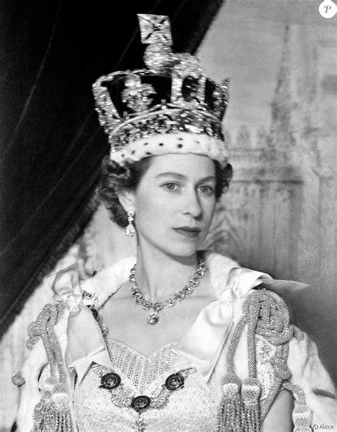 Portrait de la reine Elisabeth II à Buckingham Palace
