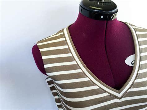 Sewists, ever wonder how to sew bias binding on an inside corner? Tutorial: Sewing the Renfrew V Neck | Sewaholic