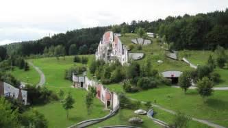 friedensreich hundertwasser architektur file steinhaus rogner bad blumau friedensreich hundertwasser jpg wikimedia commons