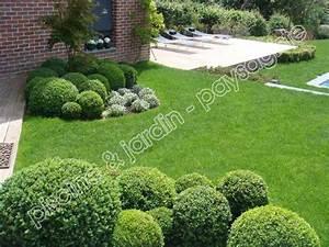 jardin moderne avec buis boule gazon et terrasse en bois With photos amenagement jardin paysager 7 massif mineral en granit creation de massif