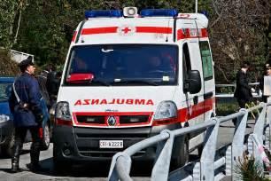 cr it agricole si e social auto taglia strada ad ambulanza muore la paziente