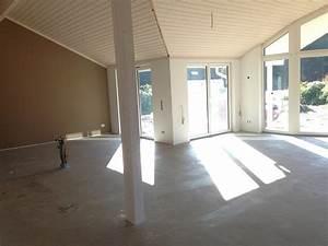 wohnzimmer mit weisser tapete surfinsercom With balkon teppich mit schöner wohnen tapete bücherregal