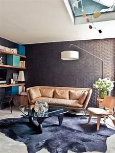 appartement parisien salon decoration retro canape cuir With tapis yoga avec canapé en cuir vintage